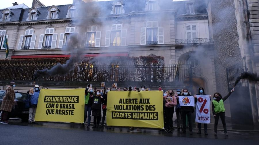 Protesto em frente à embaixada do Brasil em Paris - Rosemay Jobrel/AutresBrésils