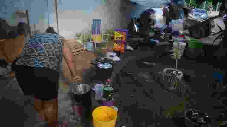 Mulher cozinha em praça em frente a um Centro de Apoio Psicossocial Infantojuvenil (Capsi) da Prefeitura de Maceió - Beto Macário/UOL - Beto Macário/UOL