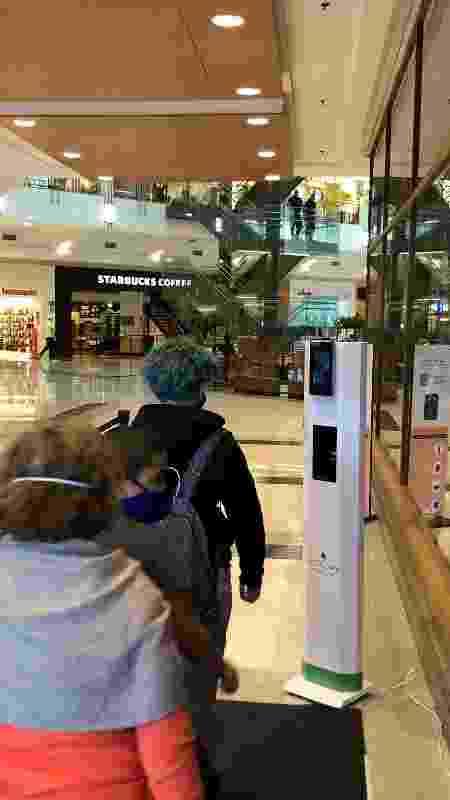 25.mai.2021 - Pessoas fazem fila para medição de temperatura em shopping em São Paulo - Lucas Borges Teixeira/UOL - Lucas Borges Teixeira/UOL