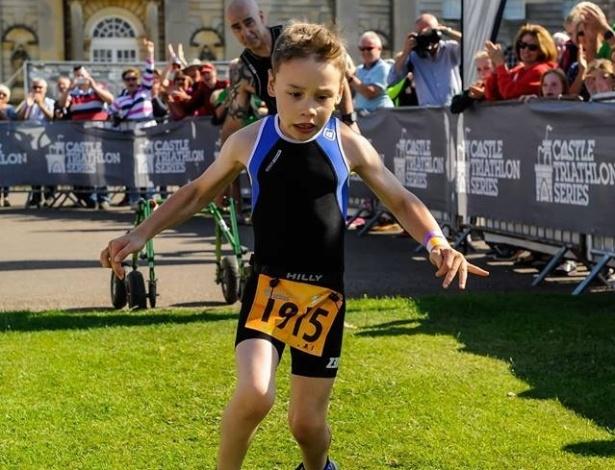 29.jul.2015 - Bailey Matthews, 8 anos, conseguiu completar sua primeira prova de triatlo na vida