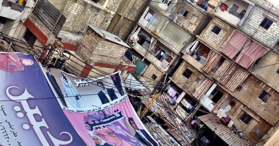 Cartazes de propaganda de beleza são usados para proteger do sol o único playground para crianças no campo de refugiados de Chatila, no sul de Beirute (Líbano)