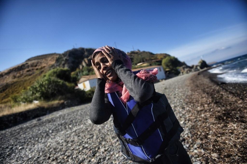 1º.out.2015 - Refugiada chega a ilha Lesbos, na Grécia, após sair da Turquia e atravessar o mar Egeu. As autoridades gregas evacuaram acampamento improvisado para migrantes no centro de Atenas e os levaram para instalações abandonadas dos Jogos Olímpicos de 2004, reabertas exclusivamente para abrigar os refugiados