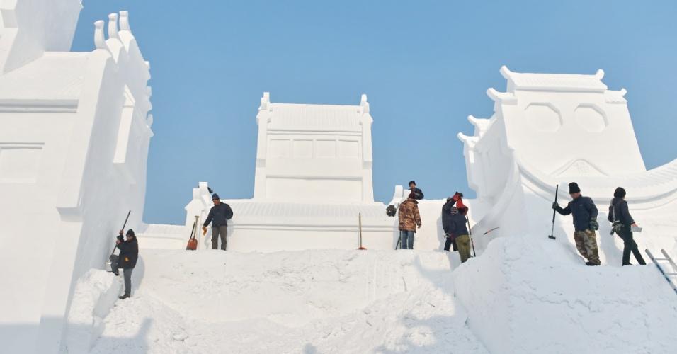 2.jan.2016 - Homens fazem reparos em escultura de gelo gigante, em em Changchun, na China