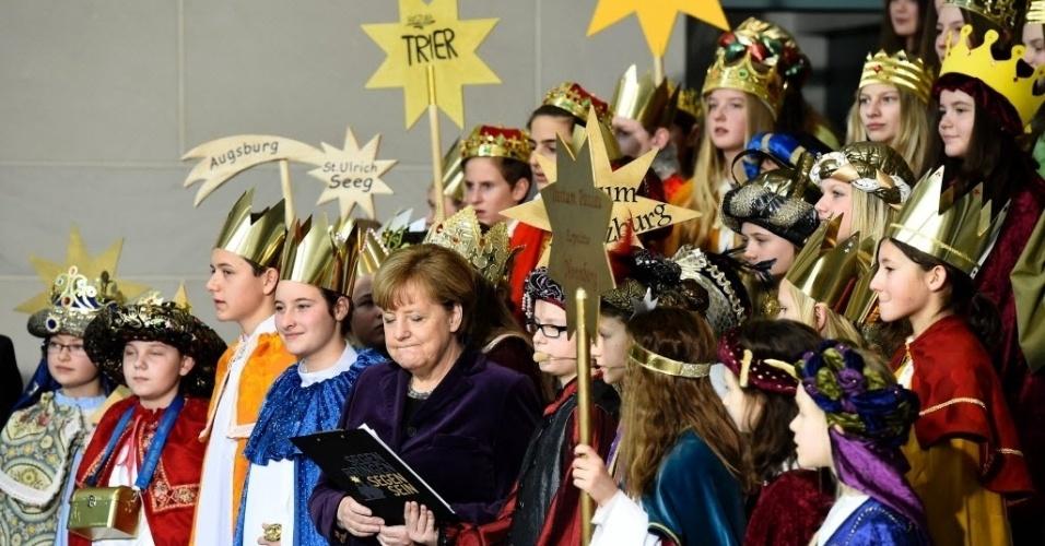 5.jan.2016 - A chanceler alemã Angela Merkel participou de um coral em Berlim, na Alemanha, no qual as crianças usavam fantasias dos três reis magos. Merkel recebe anualmente crianças que participam do projeto Sternsinger, que junta recursos para programas de caridade que ajudam crianças carentes por todo o mundo