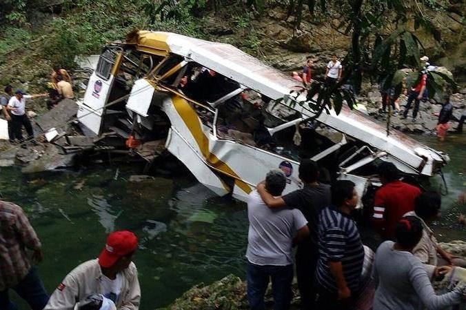 10.jan.2016 - Pessoas trabalham no local onde um ônibus caiu de uma ponte de mais de 30 metros em Veracruz, no México