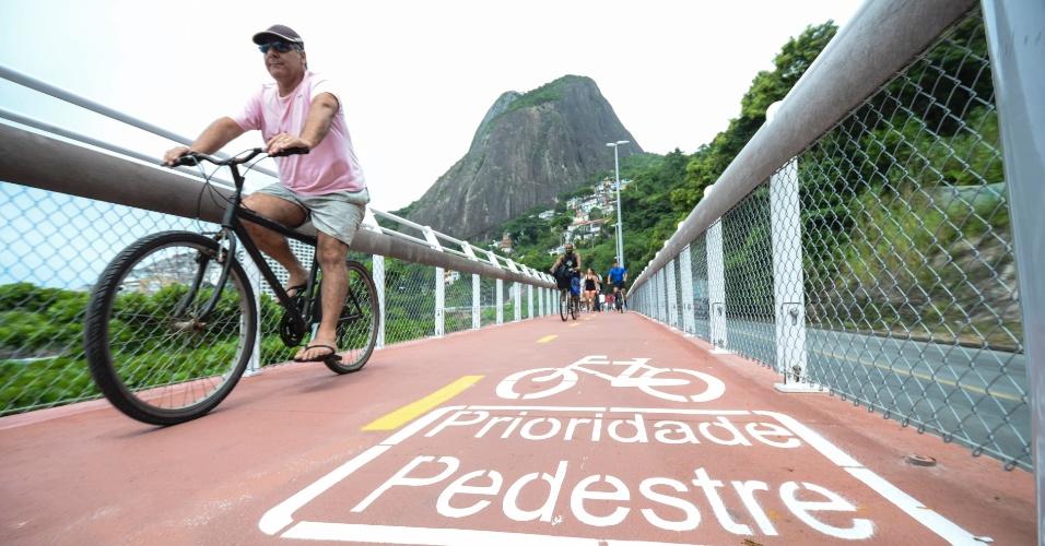 17.jan.2016 -  A inauguração, neste domingo, da ciclovia Tim Maia, na avenida Niemeyer, na zona sul do Rio, foi marcada por manifestação. Um grupo protestou pedindo que ciclovias sejam feitas também nos bairros da zona norte do capital fluminense. As obras da ciclovia foram iniciadas em junho de 2014 e duraram um ano e seis meses. Com a inauguração da obra, o Rio já tem 438,9 quilômetros de vias exclusivas para ciclistas. O Rio de Janeiro possui a maior malha cicloviária urbana da América Latina
