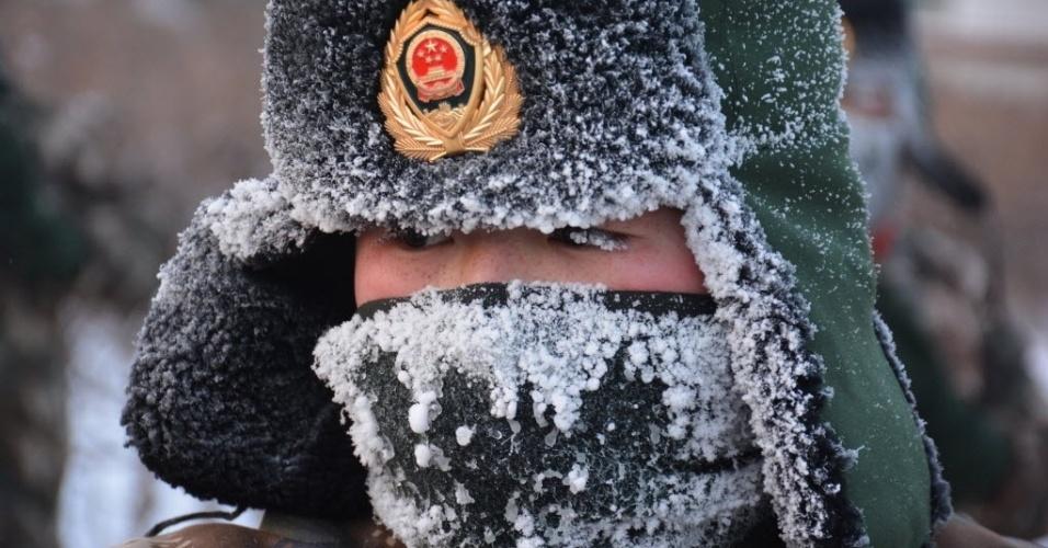 20.jan.2016 - Soldado fica com cílios dos olhos congelados durante treinamento militar Hulun Buir, na Mongólia. A forte frio na região alcançou impressionantes -47°C