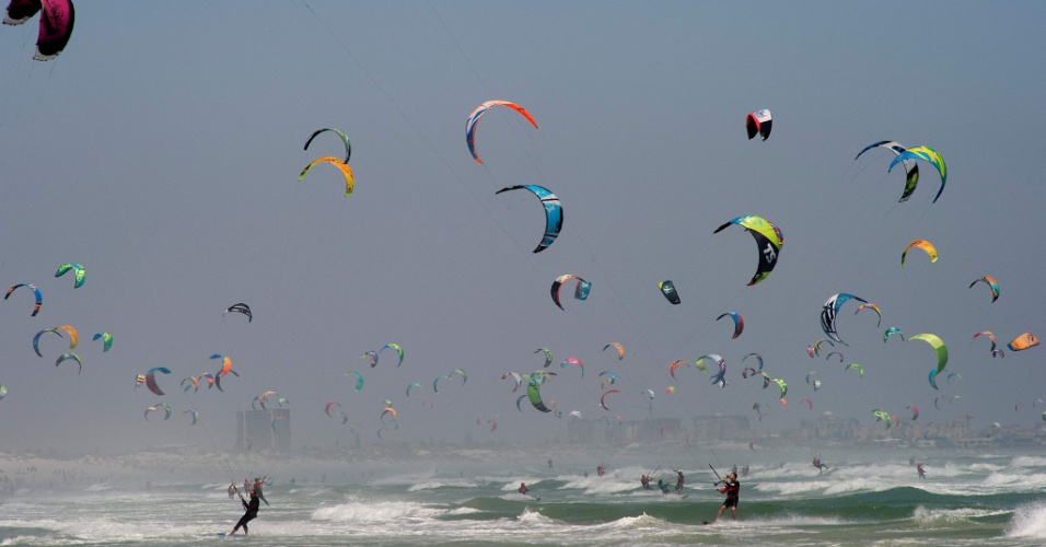 """30.jan.2016 - Praticantes de kitesurfer participam do Kitesurfing Armada, evento em que os participantes tentaram quebrar o recorde mundial do """"maior desfile de kitesurfe"""", na praia de Tableview, na Cidade do Cabo (África do Sul)"""