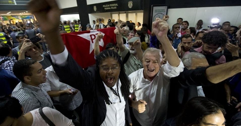 4.mar.2016 - Partidários do ex-presidente Luiz Inácio Lula da Silva (PT) se reúnem em frente dos escritórios da Polícia Federal no aeroporto de Congonhas, em São Paulo, onde Lula presta depoimento. O ex-presidente é alvo de um dos mandados de condução coercitiva da 24ª fase da operação Lava Jato
