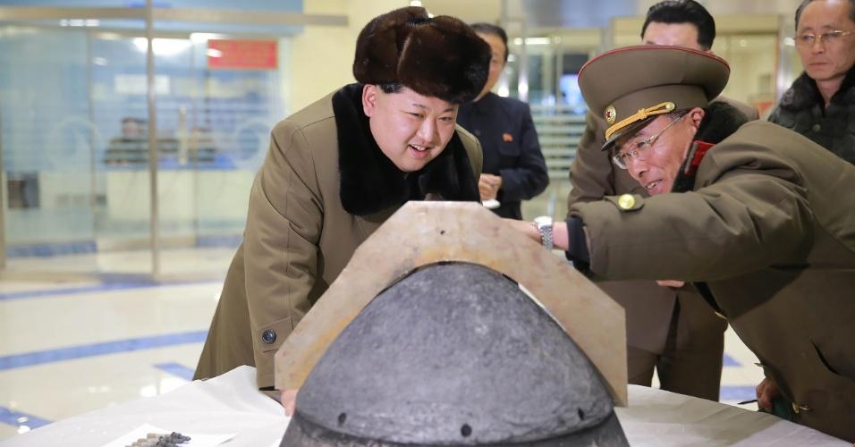 15.mar.2016 - O líder norte-coreano recebe informações sobre parte resistente ao calor de um míssil localmente fabricado, em local desconhecido