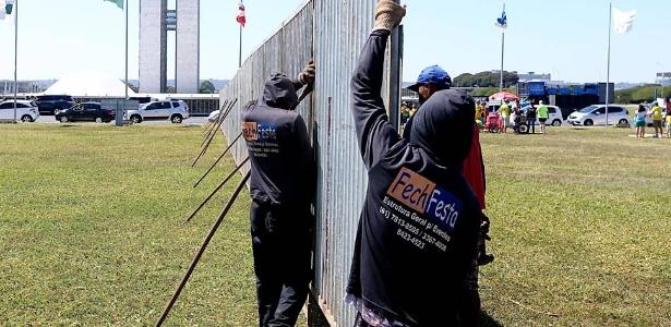 Muro montado para separar manifestantes com posições políticas divergentes custou R$ 8.000 aos cofres do governo do Distrito Federal. A estrutura metálica estende-se por 1 km
