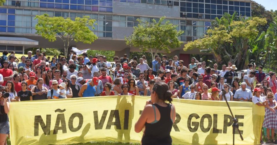 15.abr.2016 - Estudantes, professores e outros membros da comunidade acadêmica participam de ato contra o processo de impeachment da presidente Dilma Rousseff em frente à reitoria na Universidade Federal de Minas Gerais (UFMG), em Belo Horizonte