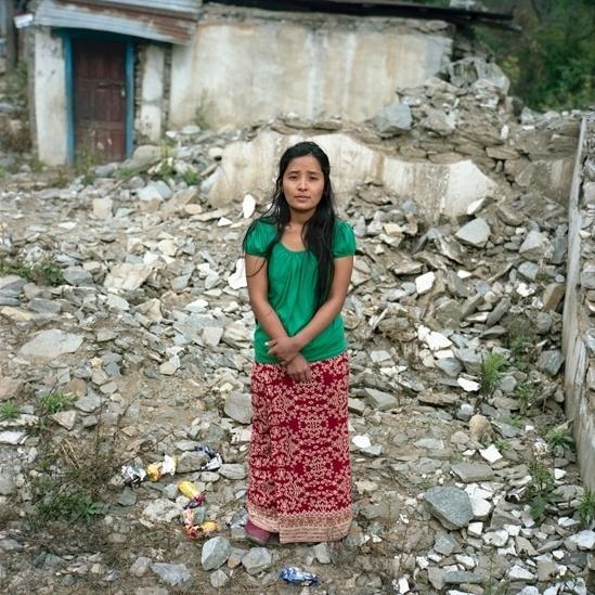 """25.abr.2016 - Indra Kumari estava servindo um cliente na loja de sua família quando o tremor começou. """"Depois do terremoto estava chovendo e as pessoas sentaram embaixo de uma lona. Éramos um grupo de mais ou menos 35 pessoas naquele dia. A situação era horrível. Minha família decidiu usar a comida da loja para alimentar todo mundo - macarrão, arroz, óleo, batatas, cebolas, ovos e grãos. Não houve escassez de comida. Por dia, alimentávamos cerca de 72 pessoas."""""""