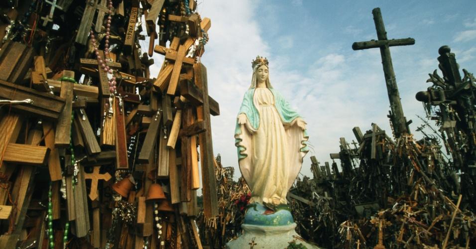 23.mai.2016 - ma estátua de Maria no topo da Colina as Cruzes, na Lituânia. O local de peregrinação tem milhares de cruzes de madeira e metal