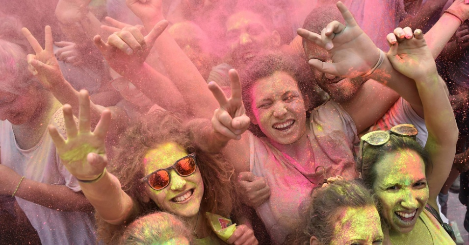 """29.jun.2016 - Pós coloridos colorem manifestantes durante a batalha das cores, chamada """"Roma Colours"""", em Roma, na Itália"""