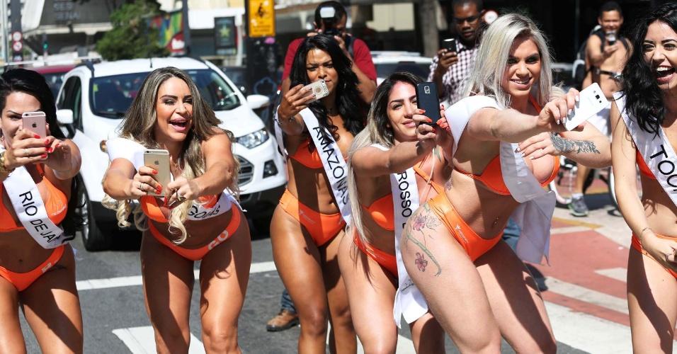 05.ago.2016 - Candidatas do concurso Miss Bumbum 2016 são vistas jogando Pokémon Go na Avenida Paulista, em São Paulo (SP), nesta sexta-feira