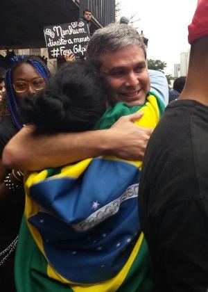 Senador Lindbergh Farias (PT-RJ) abraça manifestante durante ato contra Temer (PMDB) em São Paulo