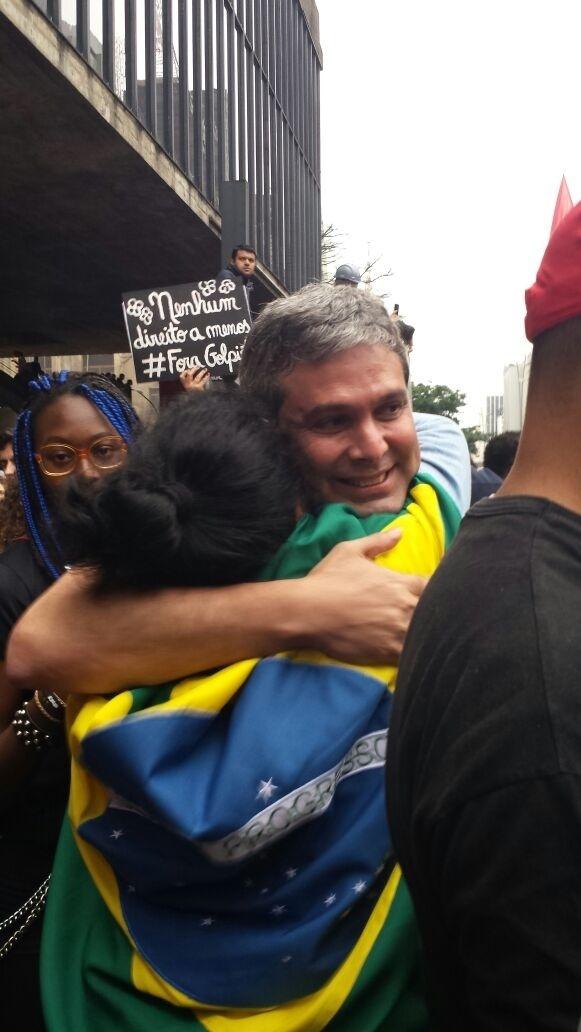 4.set.2016 - O senador Lindbergh Farias (PT-RJ) abraça manifestantes durante ato contra o atual presidente Michel Temer (PMDB) em São Paulo. A avenida Paulista foi tomada nos dois sentidos em protesto que pede a saída do mandatário