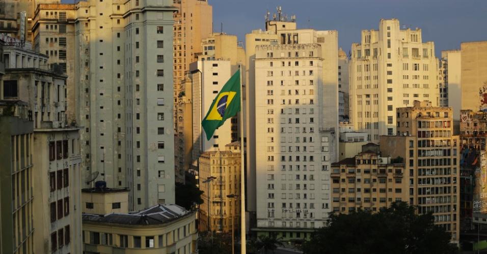 7.nov.2016 - Bombeiros realizaram a troca da bandeira do Brasil da praça da Bandeira, no centro de São Paulo. A antiga estava rasgada há duas semanas