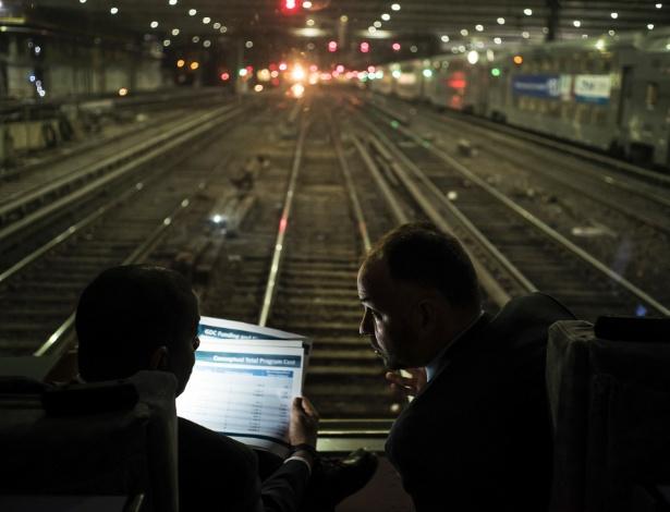Anthony Foxx (esq), secretário dos Transportes, e Stephen Gardner, executivo da Amtrak, durante tour em túnel do rio Hudson, em Nova York