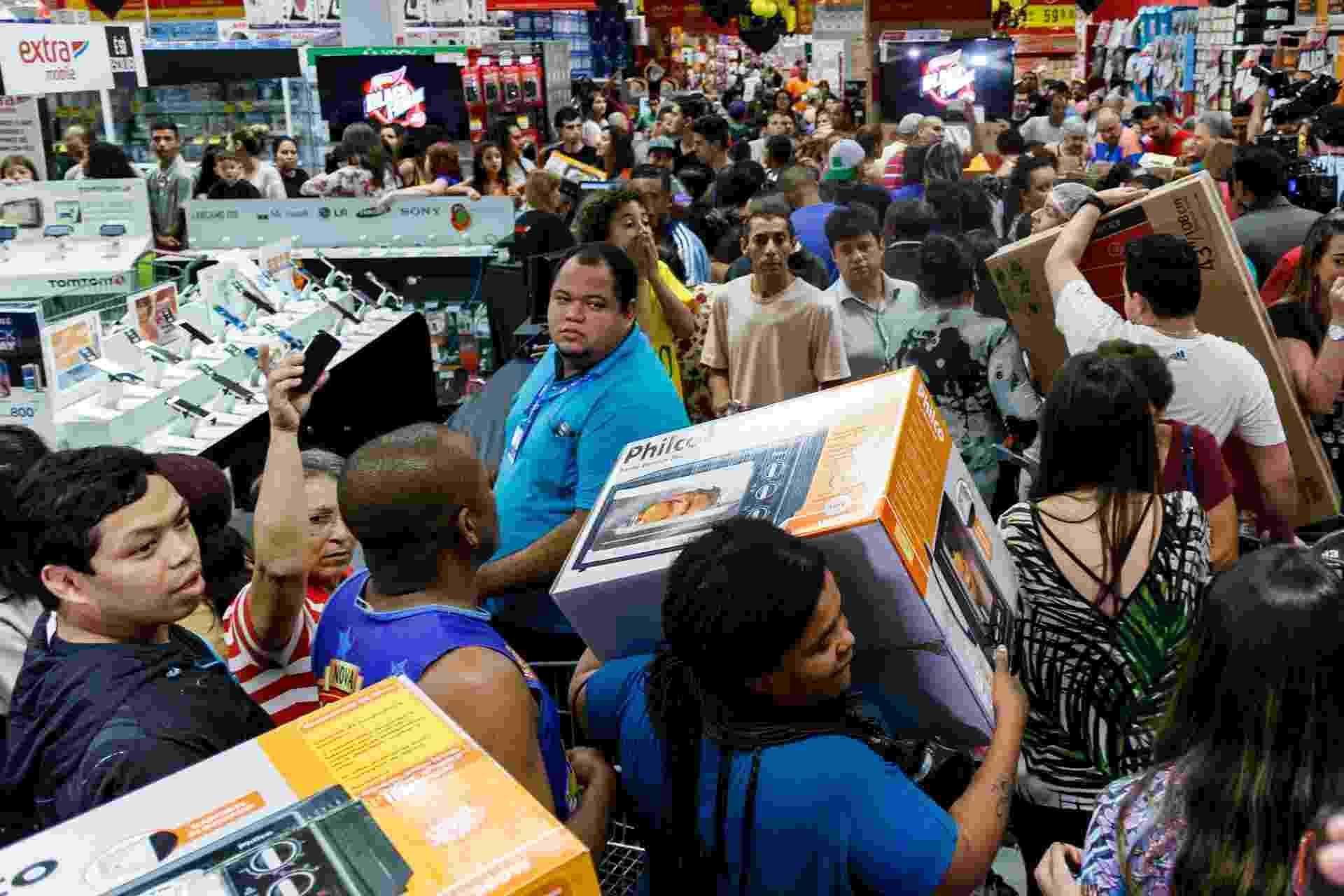 24.nov.2016 - Promoções da Black Friday começaram a atrair clientes antes mesmo da sexta-feira. Consumidores lotaram um supermercado na zona sul de São Paulo na noite de quinta-feira (24) em busca de descontos - Marcello Fim/FramePhoto/Estadão Conteúdo