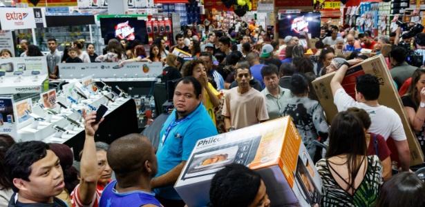 Loja cheia na Black Friday de 2016 - Marcello Fim/FramePhoto/Estadão Conteúdo