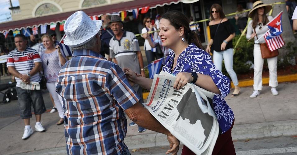 27.nov.2016 - Em reação à notícia da morte de Fidel Castro, casal dança em frente à restaurante cubano em Miami