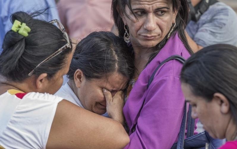 6.jan.2017 - Parentes de detentos da Penitenciária Agrícola de Monte Cristo, na zona rural de Boa Vista, choram em frente ao IML (Instituto Médico Legal) enquanto aguardam notícias sobre as vítimas do massacre que deixou ao menos 31 mortos nesta sexta-feira
