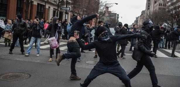 Manifestantes jogam pedras durante protesto no dia da posse de Donald Trump, em Washington