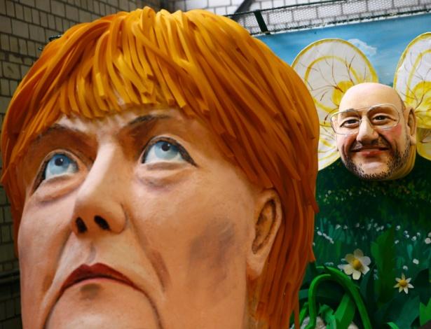 Carro alegórico ilustram a chanceler alemã, Angela Merkel, e seu principal opositor nas eleições no país, Martin Schulz, em Colônia (Alemanha)