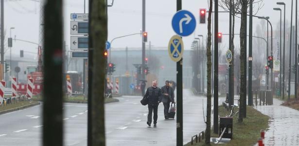 Hóspedes caminham por rua após serem evacuados de hotel próximo ao local onde foi encontrado uma bomba da época da Segunda Guerra Mundial, em Düsseldorf, Alemanha