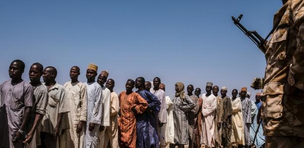 Moradores aguardam em fila para receber comida distribuída por militares na Nigéria