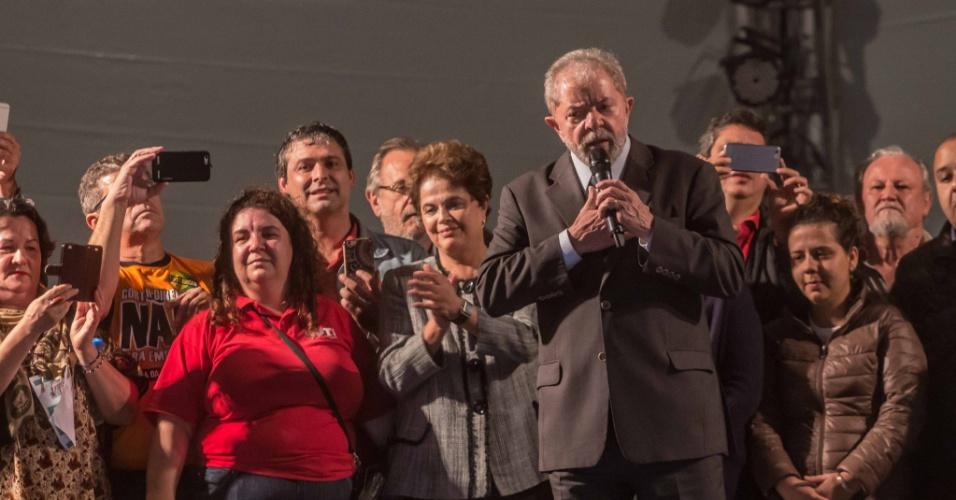 10.mai.2017 - Os ex- presidentes Luiz Inácio Lula da Silva e Dilma Roussef durante ato de apoio, na noite desta quarta-feira (10), em Curitiba