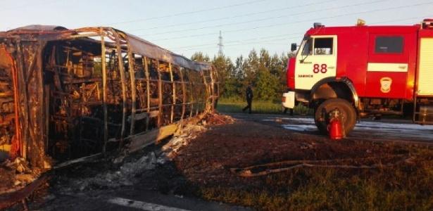Ônibus pegou fogo após colisão com caminhão, segundo autoridades