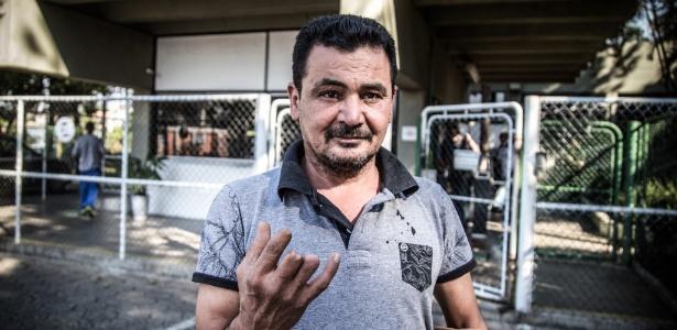 Carlos é uma das mais novas vítimas do desemprego: a fábrica onde trabalhou por 23 anos e onde perdeu parte de 3 dedos da mão direita vai fechar as portas