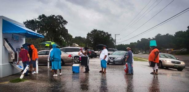 Quem não pode fugir de Tampa (EUA) tenta se abastecer com gelo e mantimentos para a passagem da tempestade
