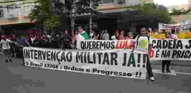 16.jan.2018 - Grupo realiza protesto contra o ex-presidente Luiz Inácio Lula da Silva (PT) e pela intervenção militar em frente a teatro onde o petista participou de ato com militantes de esquerda e intelectuais no Rio de Janeiro - CÉSAR SALES/FUTURA PRESS/FUTURA PRESS/ESTADÃO CONTEÚDO - CÉSAR SALES/FUTURA PRESS/FUTURA PRESS/ESTADÃO CONTEÚDO