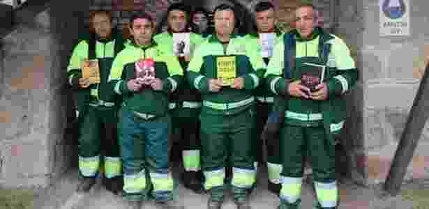 Lixeiros turcos mostram livros que seriam jogados fora e hoje estão em biblioteca - Divulgação/Municipalidade de Çankaya