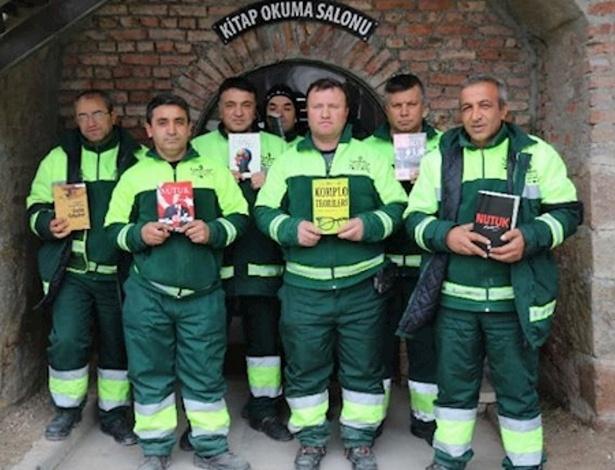 Lixeiros turcos mostram livros que seriam jogados fora e hoje estão em biblioteca