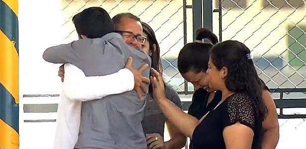 Atercino Ferreira de Lima (de óculos) é abraçado pelo filho Andrey Camilo Lima