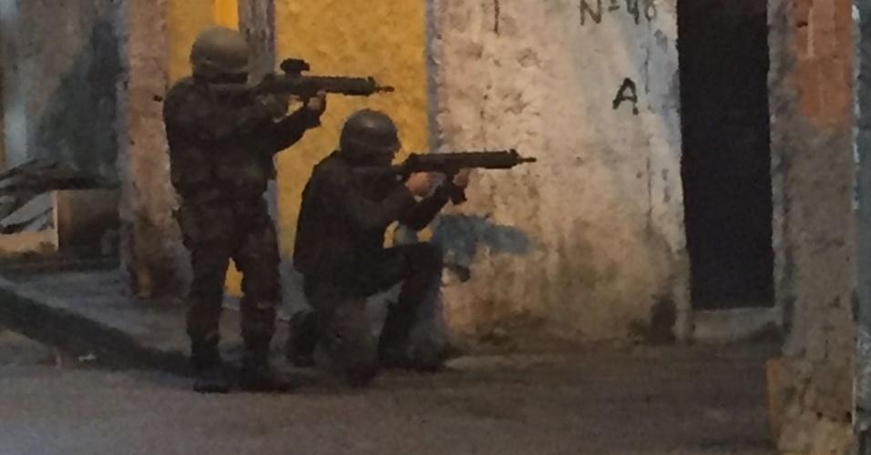 Militares do Exército entram na favela da Vila Vintém, na zona oeste do Rio