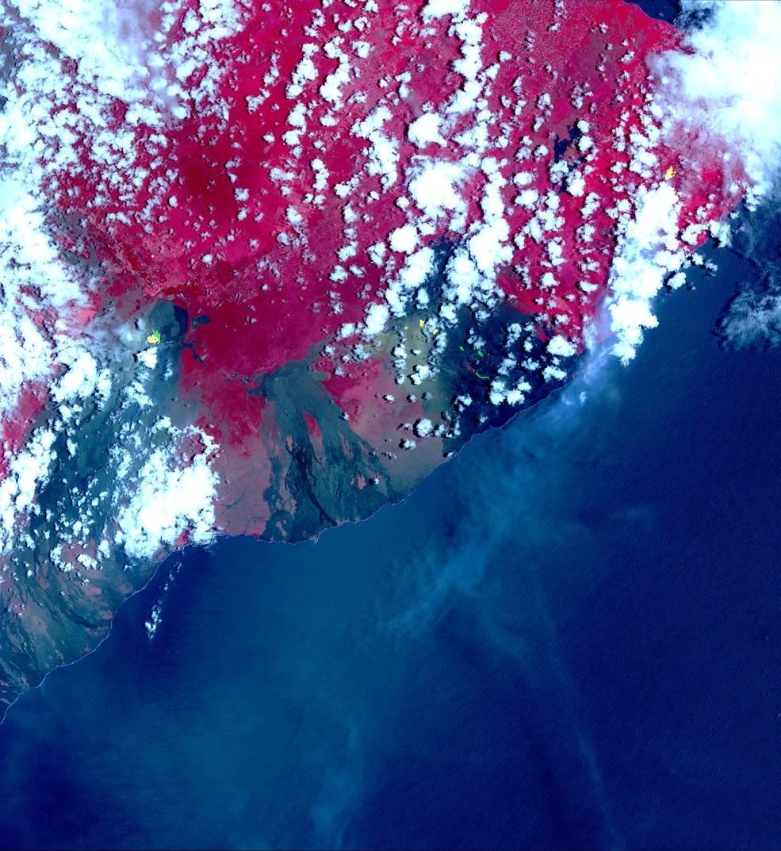9.mai.2018 - Foto feita por satélite da Nasa mostra novas fissuras após erupção de vulcão Kilauea, no Havaí. A imagem de infravermelho mostra em vermelho a área de vegetação e em preto as novas fissuras. Os destaques em amarelo são áreas de cratera