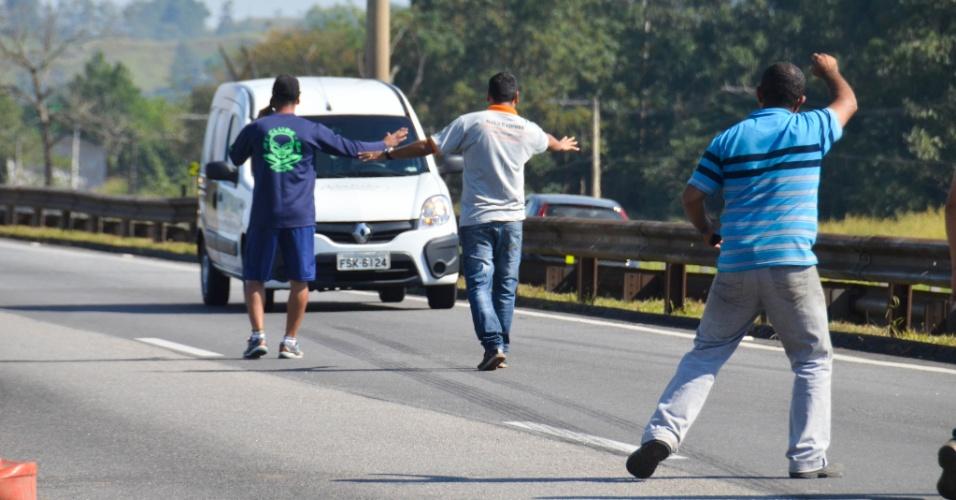 Protesto dos caminhoneiros contra o aumento do diesel, nesta quarta- feira (23), na altura do km 162 da Via Dutra, na região de Jacareí (SP). O protesto dos caminhoneiros, que entrou no terceiro dia, já deixa os postos sem combustível no Vale do Paraíba, interior de São Paulo. Em Jacareí, a empresa Jacareí Transporte Urbano (JTU), responsável pelo transporte coletivo na cidade, reduziu o número de veículos em circulação, desde a madrugada desta quarta-feira (23), prevendo a falta de combustível. A empresa tem posto de combustível próprio, mas está sem receber diesel para repor o estoque