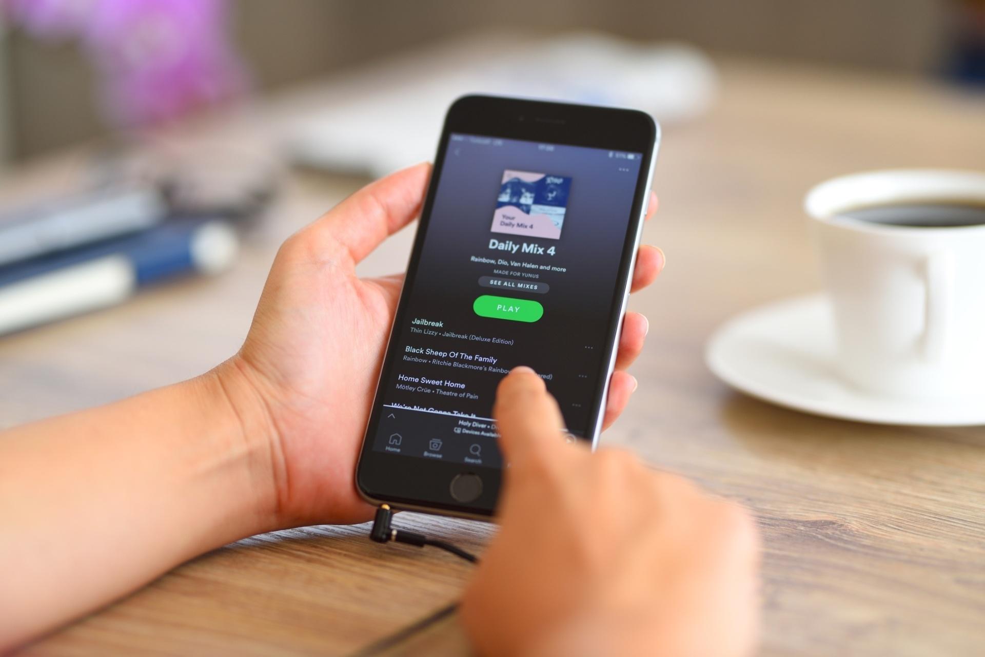 Você divide o plano família do Spotify com amigos? App quer acabar