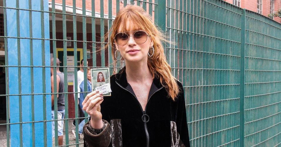 Marina Ruy Barbosa mostra título de eleitor após votar no Rio de Janeiro
