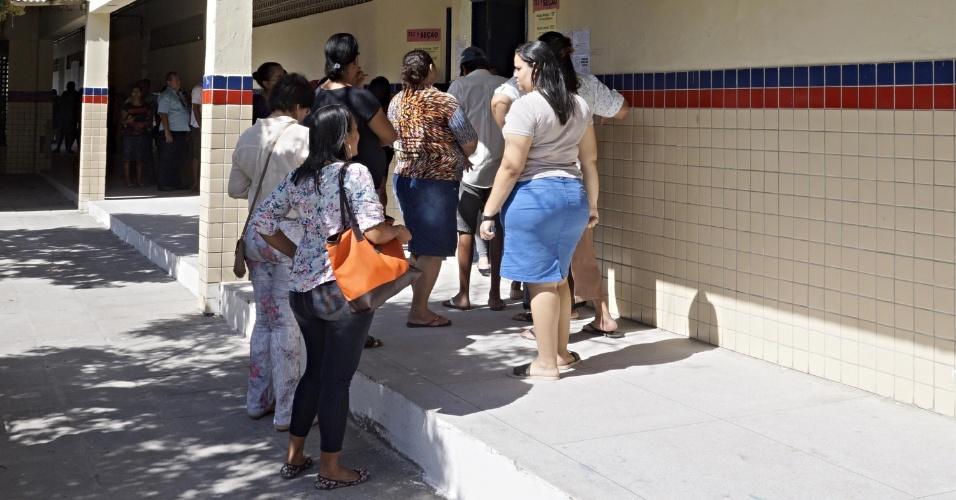 28.out.2018 - Eleitores votam no segundo turno das Eleições 2018, em Jaboatão dos Guararapes (PE)