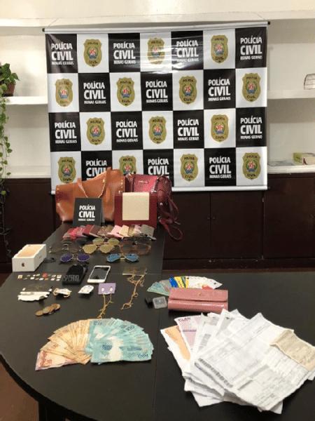 Dinheiro, bolsas, bijuterias, óculos, celulares e cartões apreendidos na casa de Júlia - Divulgação/Polícia Civil MG