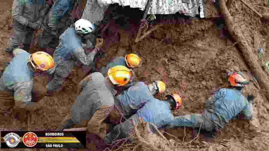 Bombeiros buscam vítimas após deslizamento de terra em Campos do Jordão - Divulgação/Corpo de Bombeiros