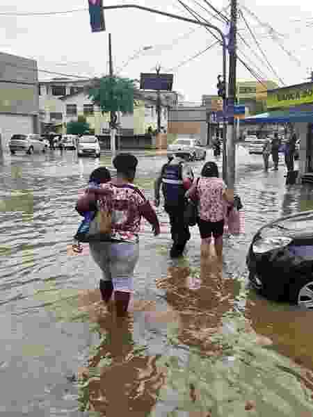 4.jan.2020 - Agentes da Guarda Metropolitana ajudaram os pedestres na travessia das vias alagadas em Vitória, após fortes chuvas atingirem a cidade - Prefeitura de Vitória