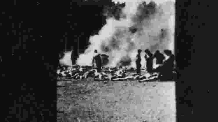 Outra foto clandestina mostra a cremação de corpos em uma vala aberta - The State Museum Auschwitz-Birkenau